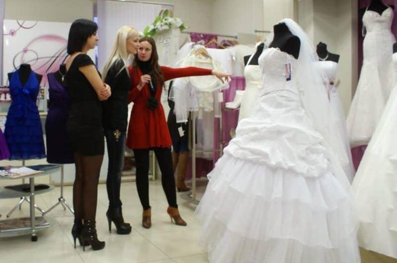 Изображение - Бизнес план свадебного салона с расчетами K-chemu-snitsya-vybor-svadebnogo-platya-s-podrugoj-1-e1543481737383